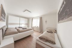 Schlafzimmer-3-Ambiento-Tirol-Apartment-Ferienwohnung-Kirchbichl-scaled